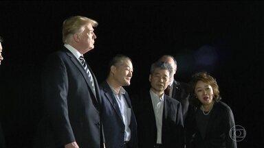 Americanos que estavam presos na Coreia do Norte chegam aos Estados Unidos - O presidente americano, Donald Trump, fez questão de receber eles pessoalmente, no aeroporto.