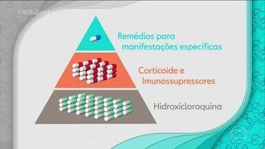Entenda como funciona o tratamento de lúpus - As medicações para o lúpus se dividem em 3 categorias, organizadas como uma pirâmide. A base é composta por hidroxicloroquina, substância adotada, praticamente, em todos os tratamentos. No meio estão os corticoides e imunosupressores.