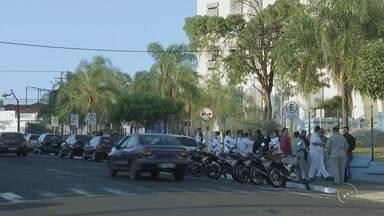 Funcionários de hospitais e maternidade em Bauru fazem paralisação - Os funcionários da Fundação para o Desenvolvimento Médico e Hospitalar (Famesp) de Bauru entraram em greve na manhã desta quinta-feira (10). Os servidores protestam contra a retirada de direitos e conquistas da categoria, segundo o sindicato.