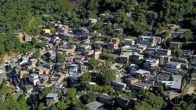 Homens com metralhadoras invadem bairro em Petrópolis e impedem moradores de sair de casa - Um homem foi morto a tiros.