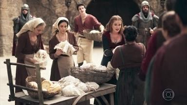 Amália agradece a Ulisses - A plebeia divide os suprimentos do castelo com o povo