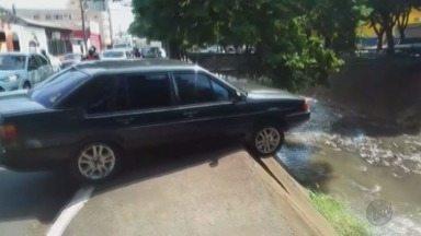 Motorista quase cai com carro no córrego da Avenida Francisco Junqueira em Ribeirão - Ele disse que passou mal e o veículo subiu na calçada na região da Vila Seixas.