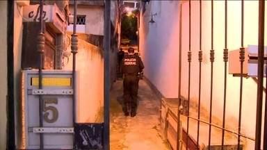 Polícia Federal faz operação contra roubo de carga no Rio de Janeiro - Catorze pessoas foram presas provisoriamente. O crime de roubo de carga acontece 22 vezes por dia no estado do Rio de Janeiro.