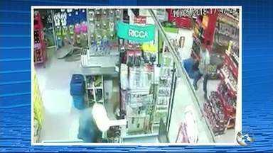 Policial reformado é morto a tiros dentro de mercado - Dois homens teriam anunciado o assalto dentro de um supermercado quando a vítima teria reagido.