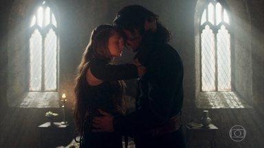 Amália questiona Afonso por omitir dela a ajuda que teve de Catarina - A plebeia fica incomodada com a revelação da Princesa, mas evita uma discussão. Em conversa com Afonso, Amália é compreensiva