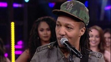 Edu Ribeiro relembra parceria com Chorão - Ele canta um trecho de 'Pontes Indestrutíveis'
