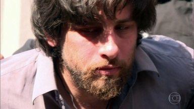 Brasileiro é arrastado pelas ruas de Kiev após ser preso por terrorismo - O paulista Rafael Lusvarghi, 33, estava em liberdade, escondido em um mosteiro da capital da Ucrânia, onde foi descoberto por nacionalistas.