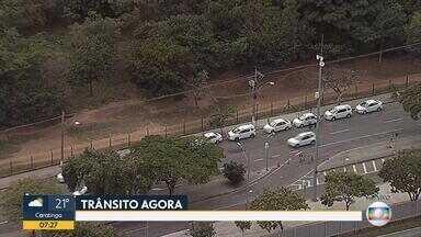 Taxistas se concentram na Região da Pampulha, em Belo Horizonte - Eles querem a regulamentação dos aplicativos que fazem transporte de passageiros.