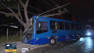 Ônibus bate em poste após motorista dormir ao volante em Belo Horizonte - Acidente aconteceu na Avenida José Cândido da Silveira, no bairro Horto.