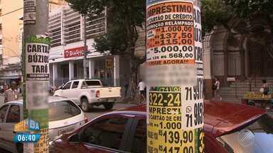 Anúncios em postes e paredes desagrada população de Salvador - Colar faixas e cartazes nas ruas é proibido e pode gerar multa.