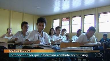Sancionada lei que determina combate ao bullying em escolas públicas de Goiás - Objetivo é levar paz e convivência saudável para o ambiente escolar.