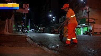Reportagem mostra rotina dos garis em Porto Alegre; veja dicas para separar o lixo - 16 de maio é o Dia do Gari.