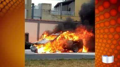 Carro pega fogo em Taubaté - Incidente foi no bairro Vila Nova.