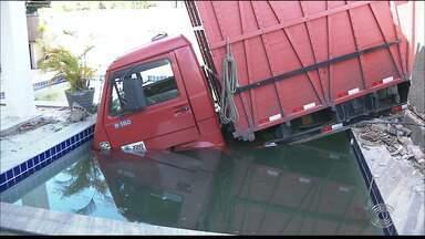 Caminhão transportando jumento cai dentro de piscina após invadir casa em João Pessoa - Segundo dono da casa, motorista do veículo cochilou. Caminhão transportava animal.