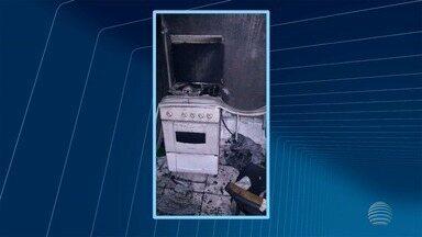 Incêndio destrói imóvel comercial em Santo Anastácio nesta quarta-feira - No local funcionava uma agência de mototáxi.