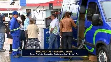 Blitz é realizada em Ribersul para tirar dúvidas sobre o sinal digital - Blitz digital é realizada nesta quinta-feira (17), em Riversul para tirar dúvidas da população sobre o desligamento do sinal analógico e como é feita a instalação do conversor digital para receber o novo sinal.