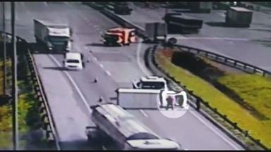 Motorista sofre acidente após ser ameaçado com arma falsa - Acidente aconteceu na Rodovia Régis Bittencourt. O motorista de um furgão jogou o carro em cima de uma caminhonete e afirma ter sido ameaçado.