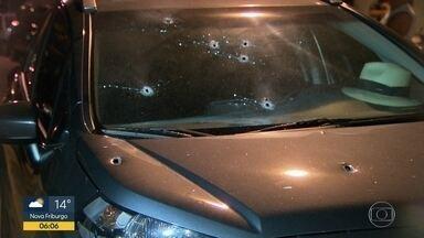Tentativa de assalto na Urca termina com pai e filha feridos - Um delegado aposentado estava com a filha e a neta no carro, quando os bandidos chegaram e atiraram. Pelo menos oito disparos atingiram o carro da família.