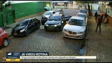 Câmera registra assalto a idoso e a jovem em rua no Grajaú - Câmeras do circuito de segurança flagraram um assalto em uma rua no Grajaú, na Zona Norte do Rio. As imagens mostram o momento em que três homens armados desembarcam de um carro e abordam um idoso na calçado. Um jovem também foi roubado.