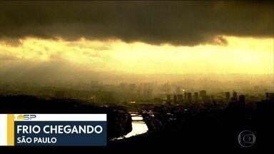 Bom Dia São Paulo - Edição de Sexta-Feira 18/05/2018 - Motorista de caminhão faz conversão proibida e atropela duas pessoas em SP. Ex-policial é morto na porta da escola da filha no ABC.