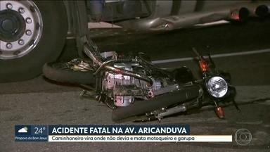 Caminhoneiro vira onde não devia e mata duas pessoas - Motorista fez conversão proibida e atropelou casal que estava numa moto, na avenida Aricanduva