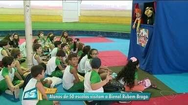 Alunos de 50 escolas visitam Bienal Rubem Braga, em Cachoeiro, ES - Evento acontece me Cachoeiro.