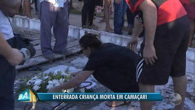 Corpo de menina que foi estuprada e morta em Camaçari é enterrado sob forte comoção - Polícia afirma que já tem suspeito do crime. Vítima tinha apenas 10 anos de idade.