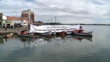 Mobilização de pescadores em Rio Grande - Na beira do cais da Lagoa dos Patos, a categoria pede ordenação da pesca no Estado.