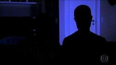 Casal é sequestrado em universidade no RJ e mantido refém por 9 horas - Um casal de pesquisadores da Universidade Federal do Rio de Janeiro foi sequestrado dentro do campus e mantido refém durante nove horas. Os assaltantes levaram as vítimas para outra cidade e fizeram compras no cartão delas.