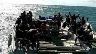 Os 25 africanos resgatados em alto mar por pescadores estão abrigados em São Luís - Dois brasileiros que estavam no barco foram presos por transporte ilegal dos imigrantes.
