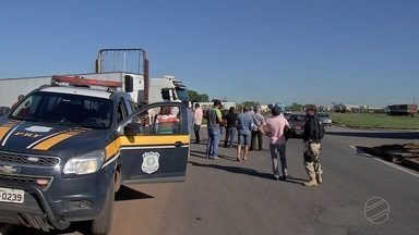 Caminhoneiros protestam contra a política de preços dos combustíveis - Caminhoneiros protestam contra a política de preços dos combustíveis.