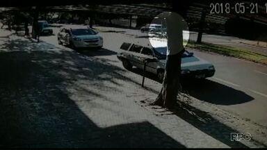 Idoso é atropelado em faixa de pedestres - O motorista prestou socorro a vítima