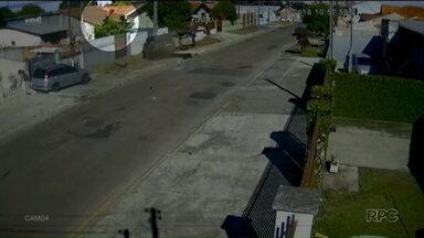 Câmera flagra homem sendo jogado para fora do veículo em acidente - O acidente foi durante uma fuga de bandidos que roubaram um carro