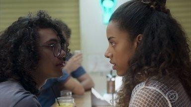 Michael comemora a notícia sobre Érico e se recusa a falar com Jade - A estudante se surpreende com a atitude do amigo