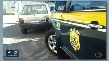 27 anos depois polícia recupera carro roubado - A Polícia Rodoviária Federal recuperou na BR 101, altura de Campos, um carro que tinha roubado em 1991, em Nova iguaçu. O motorista foi preso por receptação.