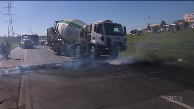 Protesto dos caminhoneiros entra no segundo dia - No Paraná são centenas de pontos de manifestações. Em Teixeira Soares produtor jogou parte da produção de leite fora, pois não tinha como transportar.