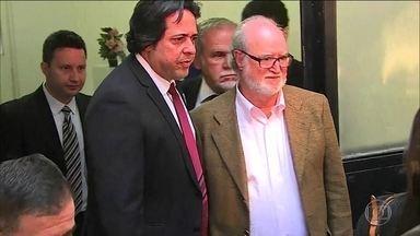 Com prisão decretada, Eduardo Azeredo (PSDB) se entrega à polícia - Ex-governador de Minas foi condenado em segunda instância a 20 anos e um mês de prisão no mensalão tucano e chegou a ser considerado foragido.