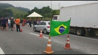 Grevistas mantém pontos de interdição na Rodovia Régis Bittencourt - Bloqueios acontecem na altura de Jacupiranga e Miracatu. No Km 385 da via, os caminhoneiros estão parados desde segunda-feira (21).