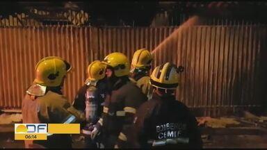 Fábrica de confecções pega fogo em Samambaia Norte - Bombeiros conseguem controlar as chamas rapidamente. Ninguém se feriu.