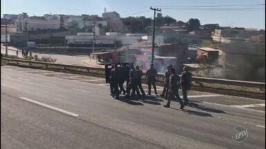 Manifestantes ateiam fogo em pneus e bloqueiam os dois sentidos Rodovia Santos Dumont - A manifestação, em Campinas (SP), seria a favor da greve dos caminhoneiros. O Batalhão de Choque da Polícia Militar avançou contra o protesto.