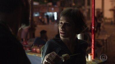 Manuela desconfia de Ícaro - Ela fica intrigada ao perceber que o irmão está usando roupas caras. Luzia tenta seguir o filho, mas o rapaz some no trânsito com sua moto