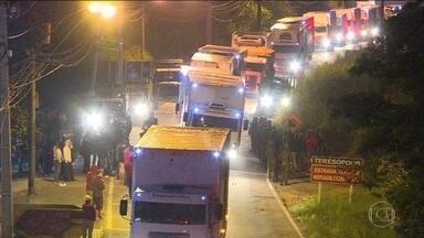 Após nove dias de greve, caminhões começam a circular em todo o país - Alguns circulam com escolta, outros livremente. Mas ainda há manifestantes nas rodovias que ameaçam caminhoneiros que querem trabalhar.