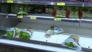 Supermercados voltam a receber alimentos, mas em pouca quantidade - Em algumas cidades, o abastecimento ainda não foi retomado. Central de abastecimento de Curitiba amanheceu totalmente vazia.