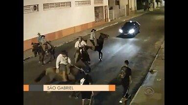 Polícia investiga agressões cometidas por homens a cavalo contra skatistas em São Gabriel - A briga foi flagrada por câmeras de segurança.