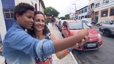 Maria Menezes se diverte com os moradores pitorescos do Cabula e aprende dança cigana - Maria Menezes se diverte com os moradores pitorescos do Cabula e aprende dança cigana