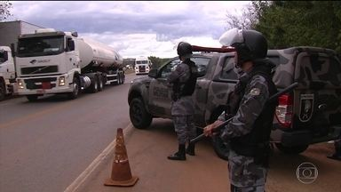 Forças de segurança dão apoio à desmobilização de bloqueios - Paraná concentra boa parte dos bloqueios que resistem nas rodovias federais. Mas as estradas estaduais foram liberadas.
