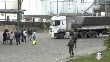 Forças Armadas escoltam caminhões que deixam o Porto de Santos - A greve dos caminhoneiros perde força e as principais rodovias do Brasil são liberadas. Os grevistas, no entanto, se concentram em algumas regiões, como o Porto de Santos, onde tropas do Exército e da Marinha chegaram pela manhã.