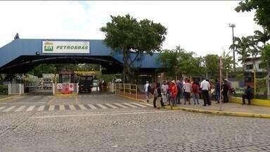 Petroleiros suspendem greve em vários estados - Alguns sindicatos decidiram manter a paralisação até amanhã. Petrobras afirma que todas as unidades operam normalmente.