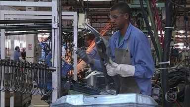 Funcionários trabalham em pleno feriado em montadoras - Indústria tenta amenizar impactos da greve dos caminhoneiros. Acordo entre empresa e empregados permitiu antecipação do feriado.