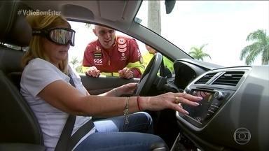 Teste mostra como a mistura de álcool e direção é destruidora - Óculos fabricados nos EUA simulam uma condição de embriaguez em quem está usando. No Brasil. o equipamento é utilizado em campanhas para conscientizar os motoristas a não dirigir depois de beber.